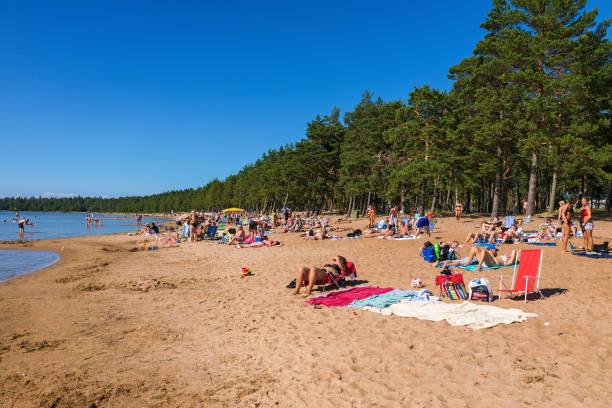 Menschen, die zum Sonnenbaden am Sandstrand – Foto
