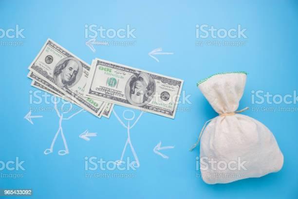 Foto de As Pessoas Tomam Dinheiro Do Saco Grande e mais fotos de stock de Analisar