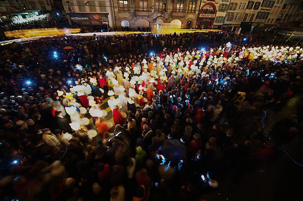 menschen an karneval wird in basel, schweiz. - fasnacht stock-fotos und bilder