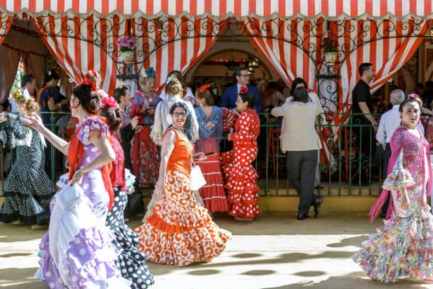 menschen sie spazieren und genießen auf der sevillas april fair. - festzugskleidung stock-fotos und bilder