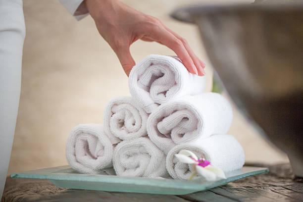 menschen mit handtuch - badmöbel gäste wc stock-fotos und bilder