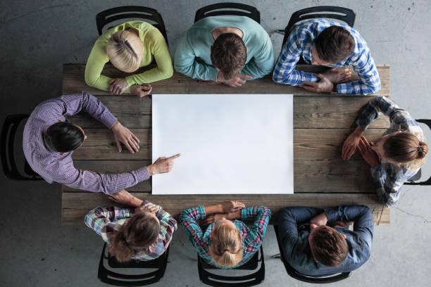 Leute Team um leere Papier – Foto
