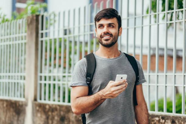 Menschen, Technik, Reisen und Tourismus - Mann mit Smartphone und Tasche auf der Stadtstraße – Foto