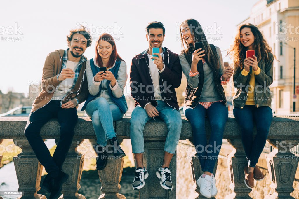 People texting in the city foto stock royalty-free