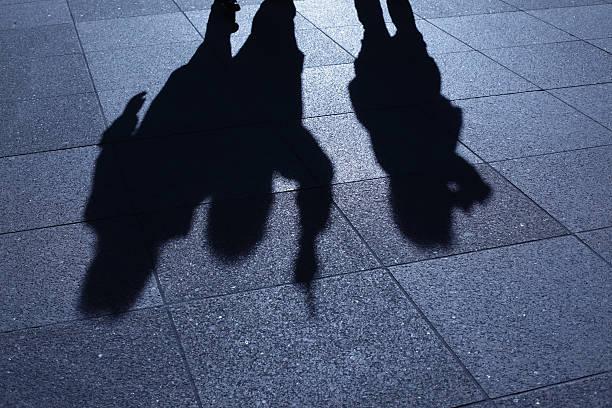 Personen, die sich in der blue night Schatten – Foto