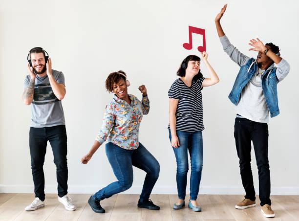menschen zusammen musik genießen - musiknoten tattoos stock-fotos und bilder