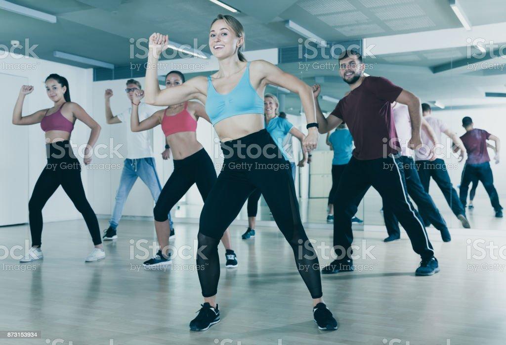 Pessoas que treinam na aula de dança - foto de acervo