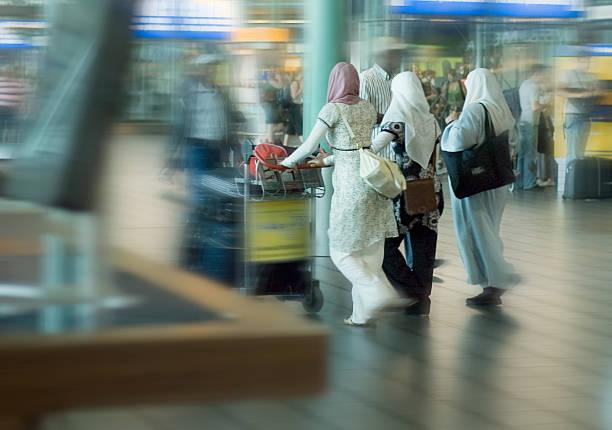 Menschen auf Reisen am Flughafen – Foto