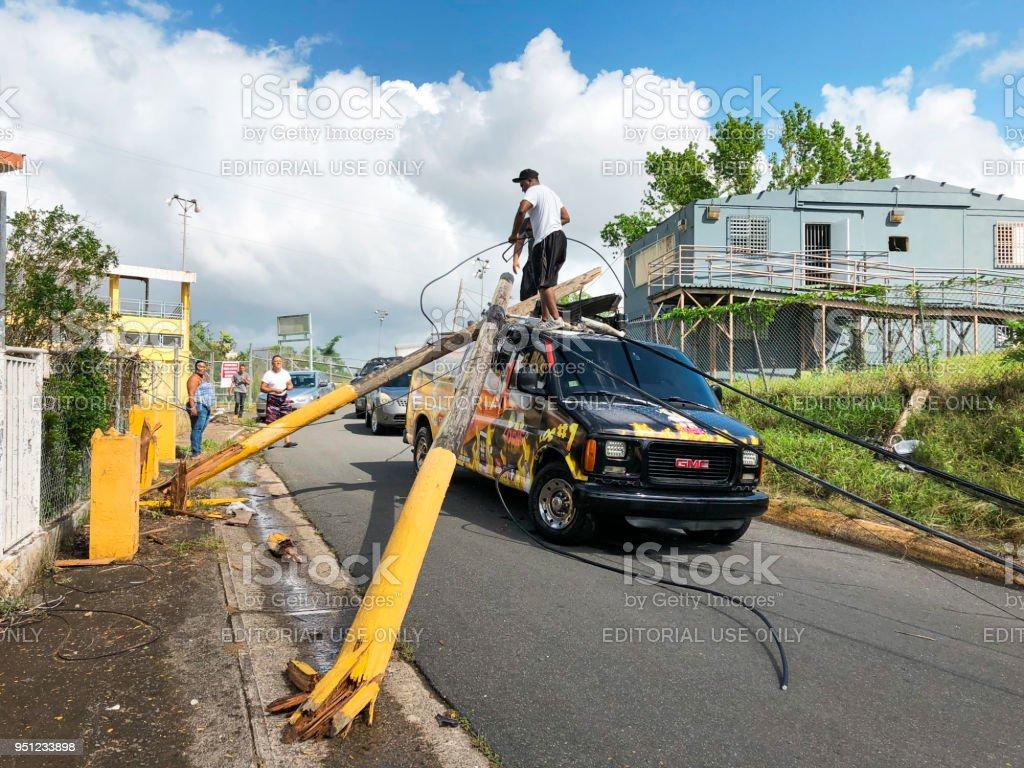 Menschen, die versuchen, Strommasten aus van zu entfernen – Foto