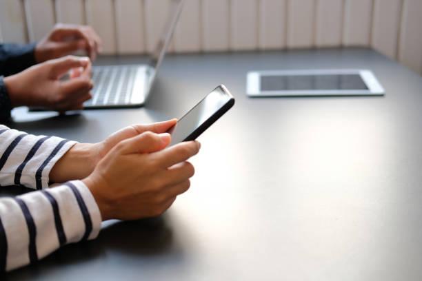モバイルスマートフォンのタブレットコンピュータを使用している人 ストックフォト