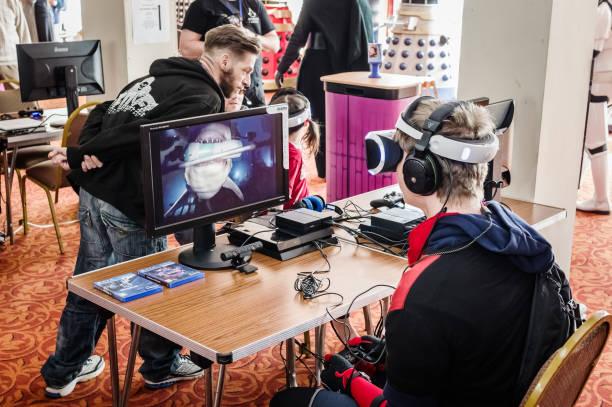 mensen met behulp van de playstation vr - playstation stockfoto's en -beelden