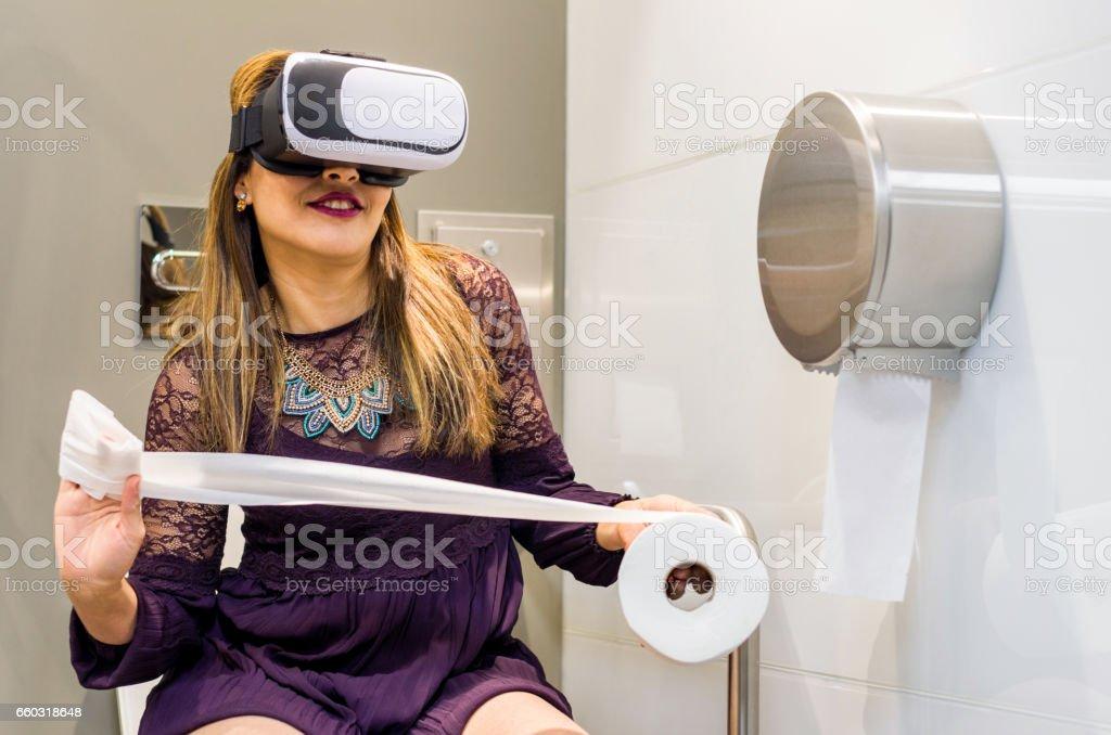 Menschen verwenden Virtual Reality Kopfhörer Toilette vr – Foto