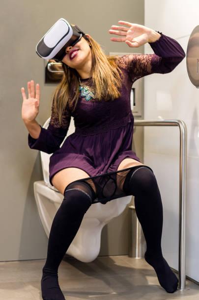 mensen met behulp van virtual reality headset toilet vr - cell phone toilet stockfoto's en -beelden