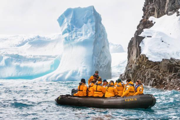 Personas visitan la costa Antártica - foto de stock