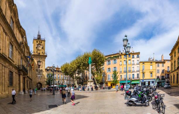 les gens visitent la place centrale du marché avec le célèbre hôtel de ville d'aix en provence - aix en provence photos et images de collection