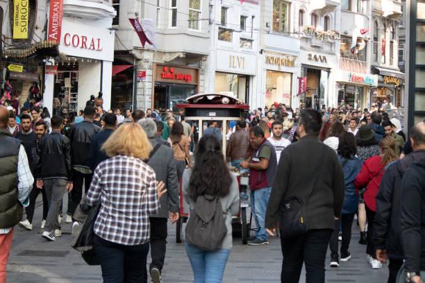 människor som besöker och handlar är trångt på istiklal avenue. - istiklal avenue bildbanksfoton och bilder