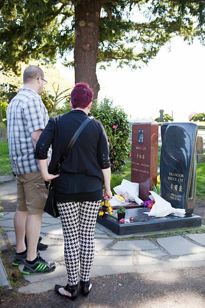 Pessoas visitar Bruce e Brandon Lee's Grave - foto de acervo