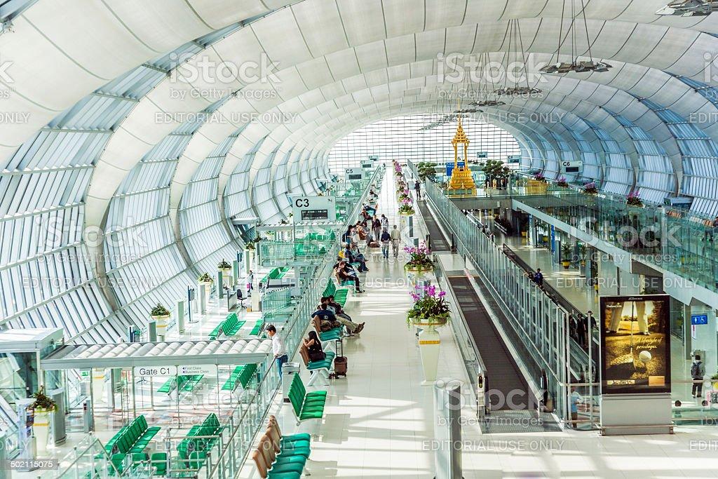 Esperar en la salida de la terminal del Aeropuerto Internacional Suvarnabhumi - foto de stock