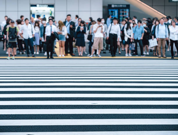 東京都で横断歩道で人が待って ストックフォト