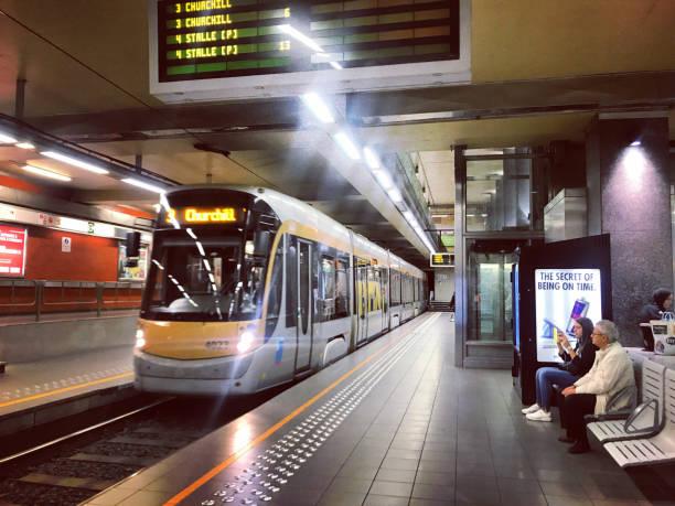 Menschen warten auf einen Zug in u-Bahn-Brüssel, Belgien – Foto