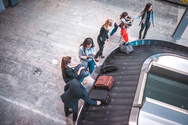 Menschen warten auf Gepäck am Flughafen-terminal – Foto