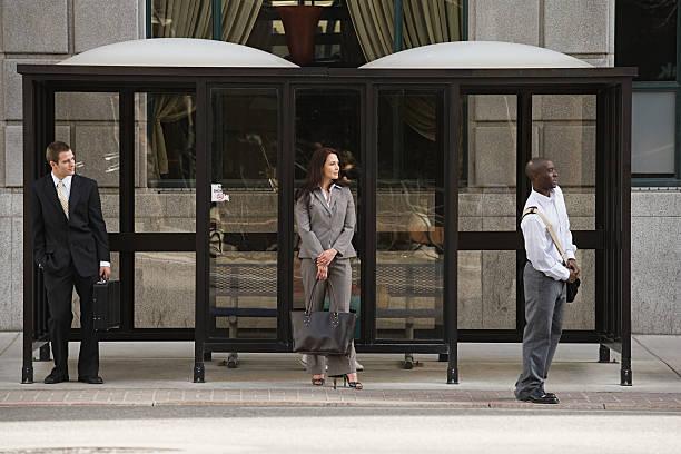 Pessoas à espera do ônibus - foto de acervo
