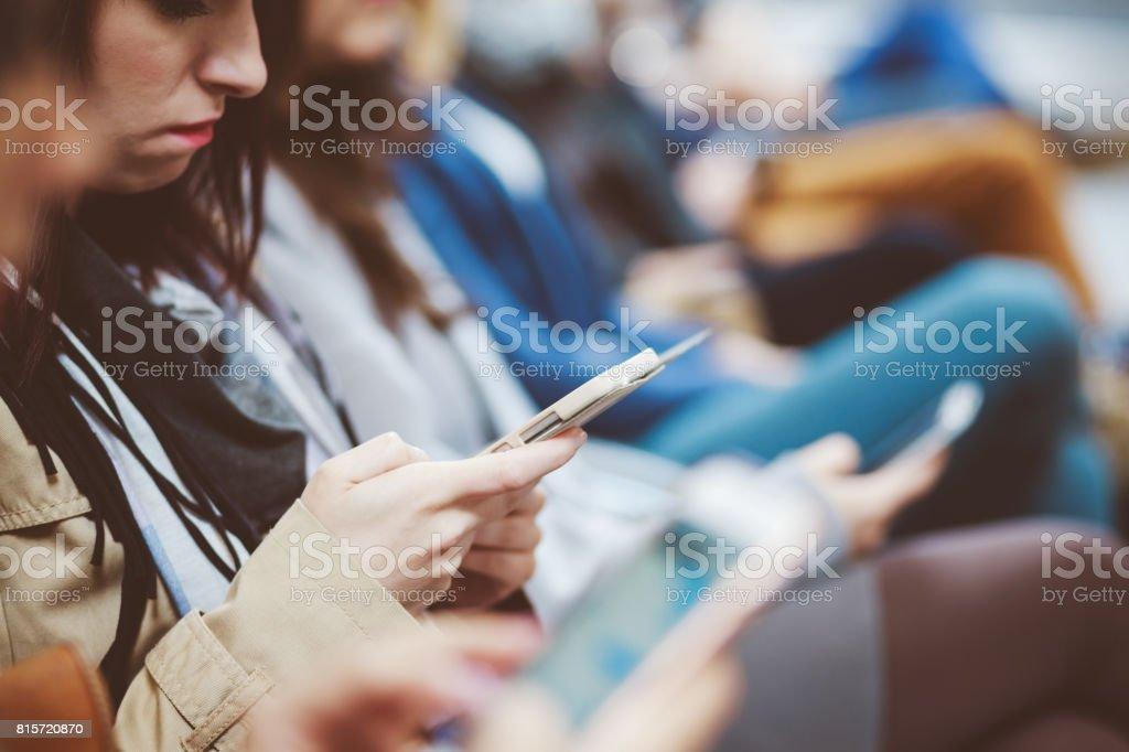 Menschen warten auf Flug am Flughafen Lizenzfreies stock-foto