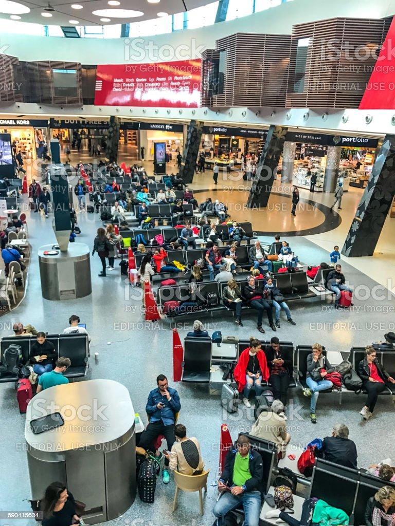 Pessoas à espera de seus voos no aeroporto da Portela de Lisboa, Portugal - foto de acervo
