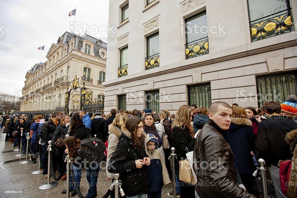 Persone In Fila Vicino Negozio Abercrombie Fitch Parigi - Fotografie ... 1efe0932fb7