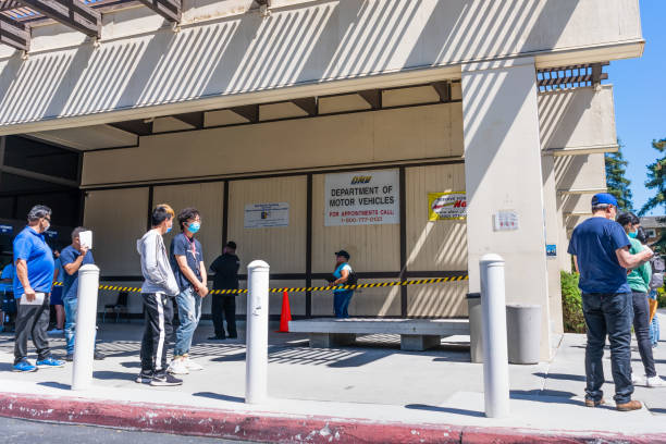 osoby czekające w kolejce do wejścia do biura dmv - covid testing zdjęcia i obrazy z banku zdjęć