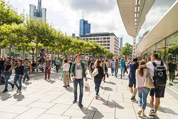 menschen gehen auf der zeil in frankfurt - fußgängerzone stock-fotos und bilder