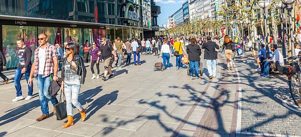 menschen gehen auf der zeil in mittag in frankfurt - fußgängerzone stock-fotos und bilder