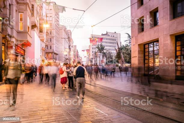 Mensen Lopen Bij Istiklal Street In Istanbul Stockfoto en meer beelden van Aan het werk