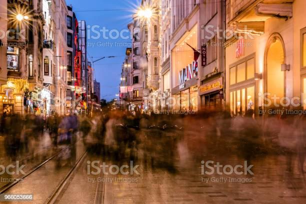 Folk Går På Gatan Istiklal I Istanbul-foton och fler bilder på Aktivitet