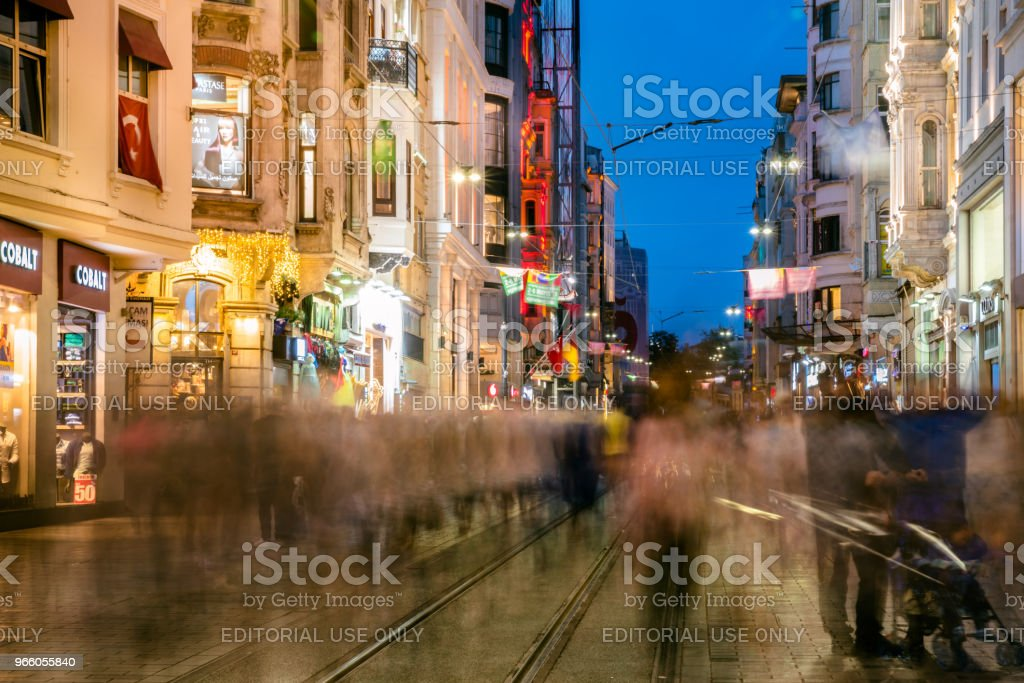 Die Menschen gehen in der Istiklal Straße in Istanbul - Lizenzfrei Aktivitäten und Sport Stock-Foto
