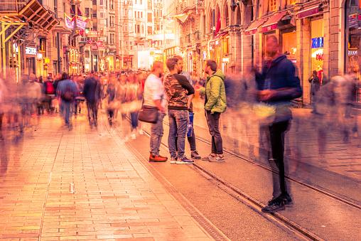 Die Menschen Gehen In Der Istiklal Straße In Istanbul Stockfoto und mehr Bilder von Aktivitäten und Sport