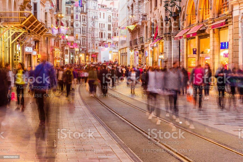 Folk går på gatan Istiklal i Istanbul - Royaltyfri Aktivitet Bildbanksbilder