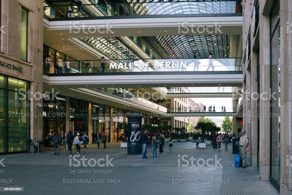 人們走在波茨坦廣場的購物中心前。 - 免版稅LP 12 - 柏林購物中心圖庫照片