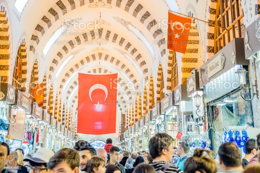 People walk in Spice or Egyptian Bazaar - Стоковые фото Базар роялти-фри