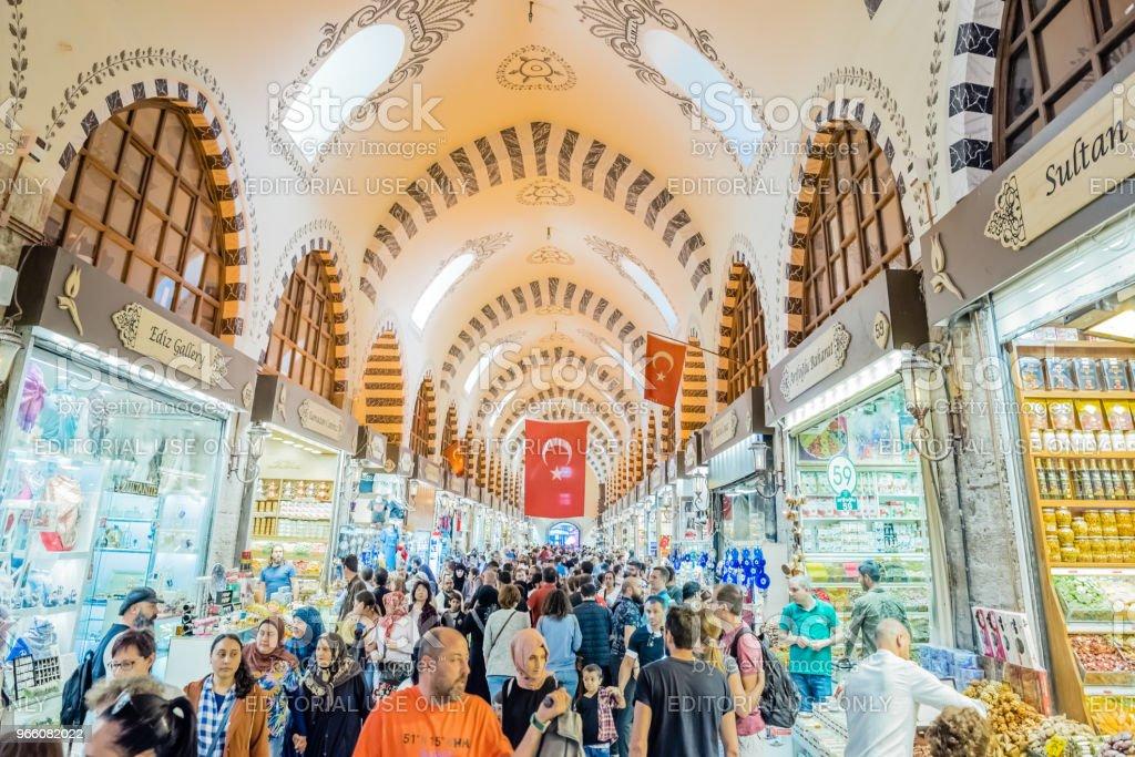 Människor går i Spice eller egyptiska basaren - Royaltyfri Affär Bildbanksbilder