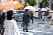 雨の中を歩く通行人