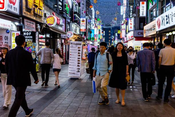 夜水原のメイン通りを歩く人々。韓国のナイトライフ。 - 韓国文化 ストックフォトと画像