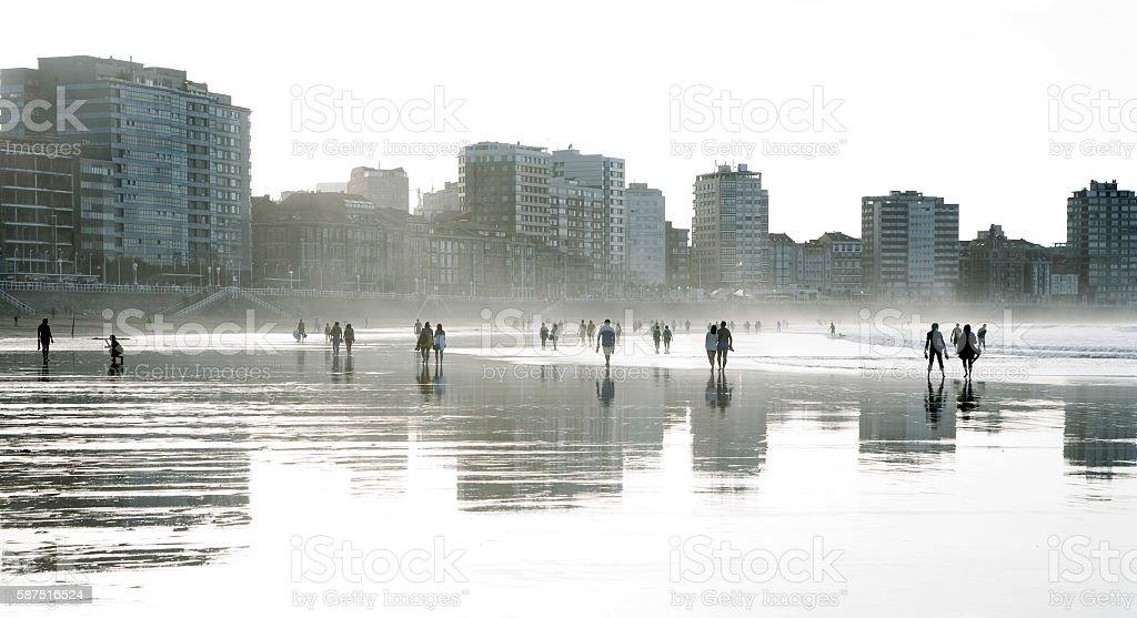 People walking along the shore of San Lorenzo's beach (Gijón) - foto de stock