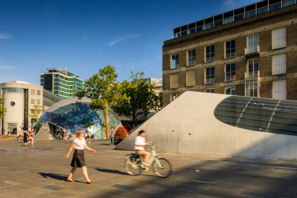 mensen wandelen en fietsen in het centrum van eindhoven vierkante - eindhoven city stockfoto's en -beelden