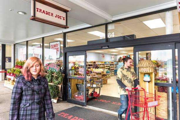 menschen gehen an trader joes gemischtwarenladen von eingang - aldi karriere stock-fotos und bilder