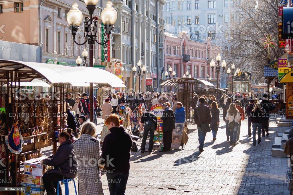 Menschen auf der berühmten Arbat Straße im historischen Zentrum von Moskau. – Foto