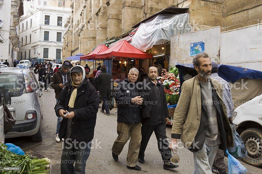 Personnes marchant à Alger Djemaa Ketchoua à proximité de la mosquée - Photo