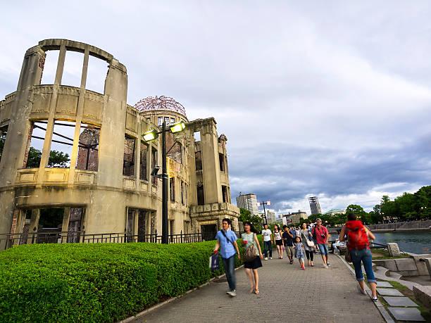 ludzie spaceru w atomowa dome memorial park, hiroshima - hiroshima zdjęcia i obrazy z banku zdjęć