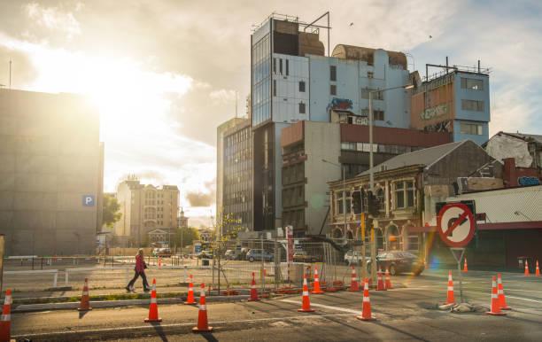 människor som vandrar i christchurch stad under solnedgången (du kan se den kollapsade byggnaden efter den stora jordbävningen drabbade canterbury i februari 22 2011) - walking home sunset street bildbanksfoton och bilder