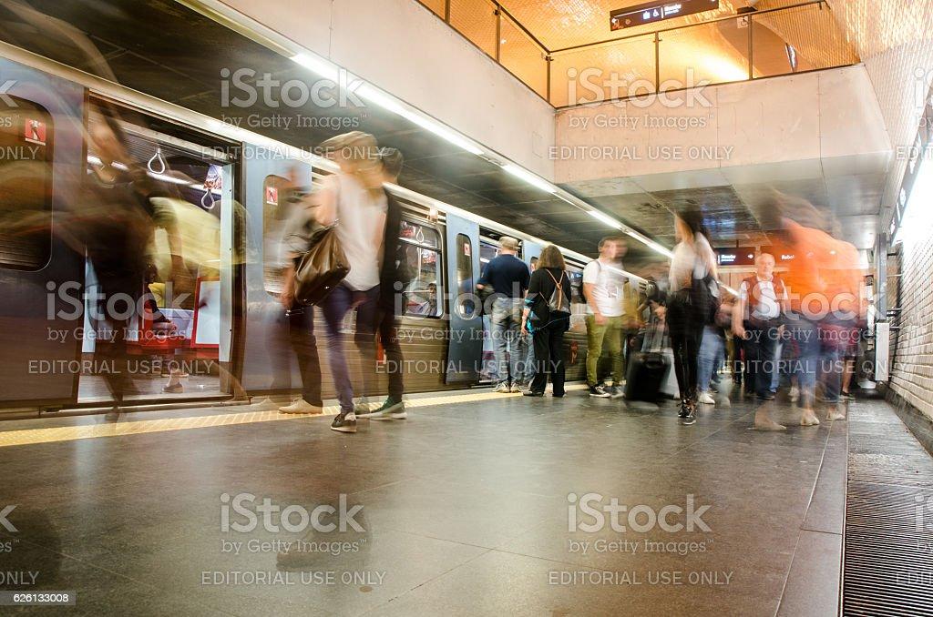 Menschen zu Fuß in U-Bahn – Foto